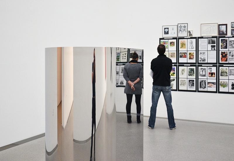 München, Pinakothek der Moderne, Wade Guyton, U-Sculpture; Henrik Olesen, Nach Magnus Hirschfeld