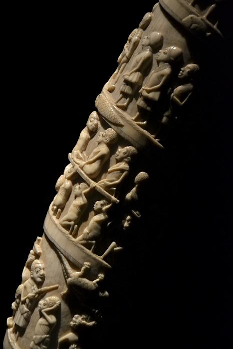 Ethnologisches Museum Berlin-Dahlem, Elefantenstoßzahn mit Reliefs aus dem Kongo