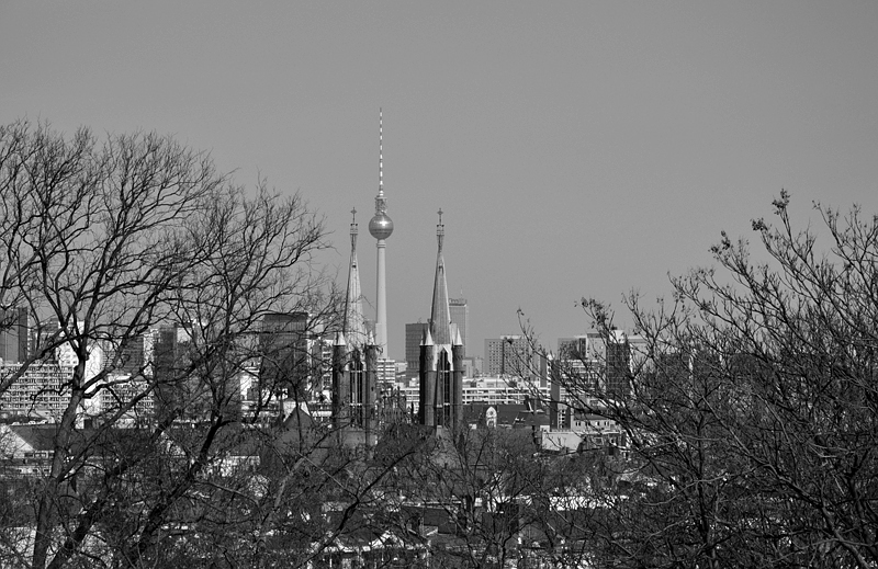 Berlin, Viktoriapark, Blick vom Kreuzberg auf St Bonifatius und Fernsehturm