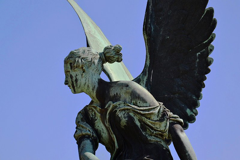 Sanssouci, Kranzwerfende Viktoria von August Fischer nach Christian Daniel Rauch vor dem Orangerieschloss