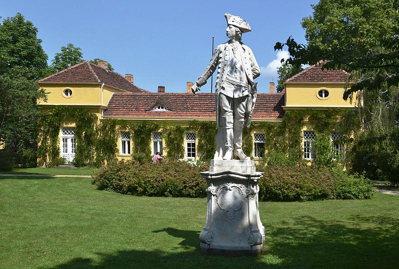 Park Sanssouci, Denkmal Friedrichs II. von Joseph Uphues hinter der Villa Illaire