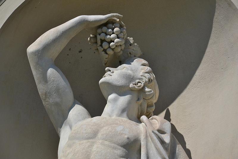 Allegorie des Oktobers von Hermann Schievelbein nach einem Modell von Ludwig Wilhelm Stürmer am Orangerieschloss
