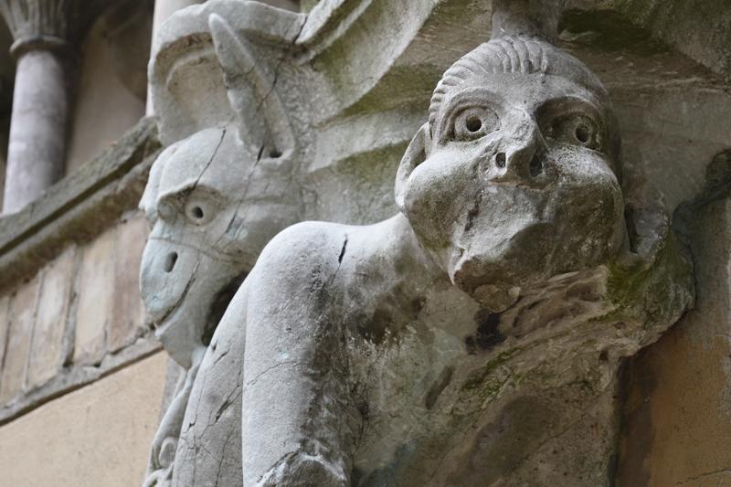 Park Klein-Glienicke, Affenkapitell vom Campanile zu Pisa im Klosterhof