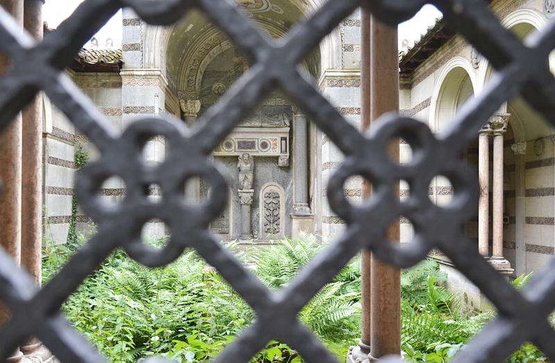 Park Klein-Glienicke, Sarkophag des Pietro d'Albano aus Padua im Klosterhof