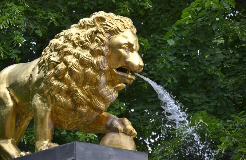Park Klein-Glienicke, Goldener Löwe am Löwenbrunnen