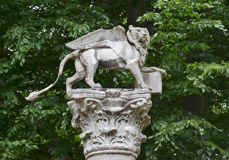 Park Klein-Glienicke, Venezianischer Markuslöwe am Klosterhof