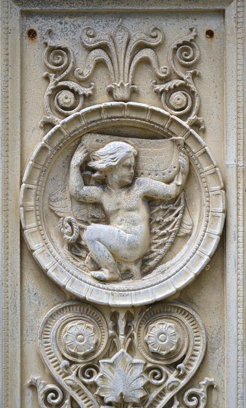 Schloss Glienicke, Relief am Haupteingang des Schlosses