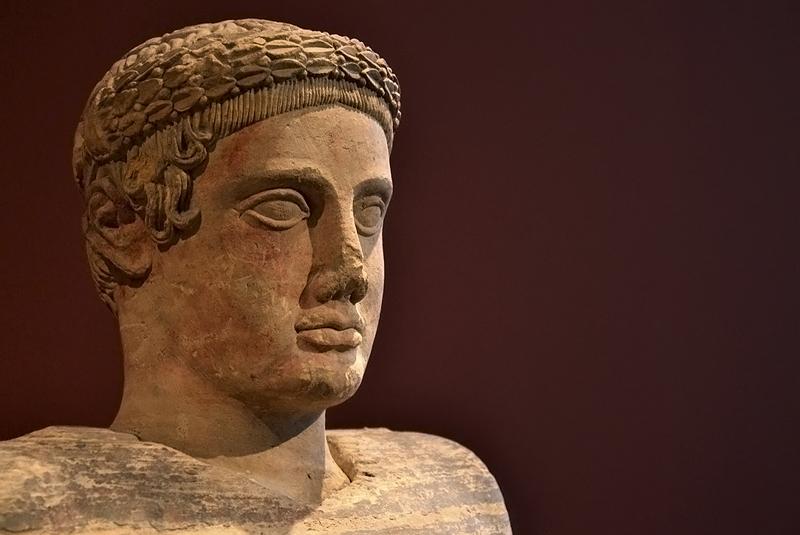 Berlin, Antikensammlung, Altes Museum, Etruskische Aschenurne mit gelagertem jungen Mann