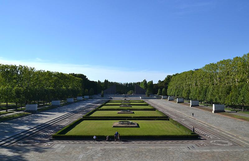 zentrale Achse, Sowjetisches Ehrenmal, Berlin Treptow Park, Blick vom Pavillon