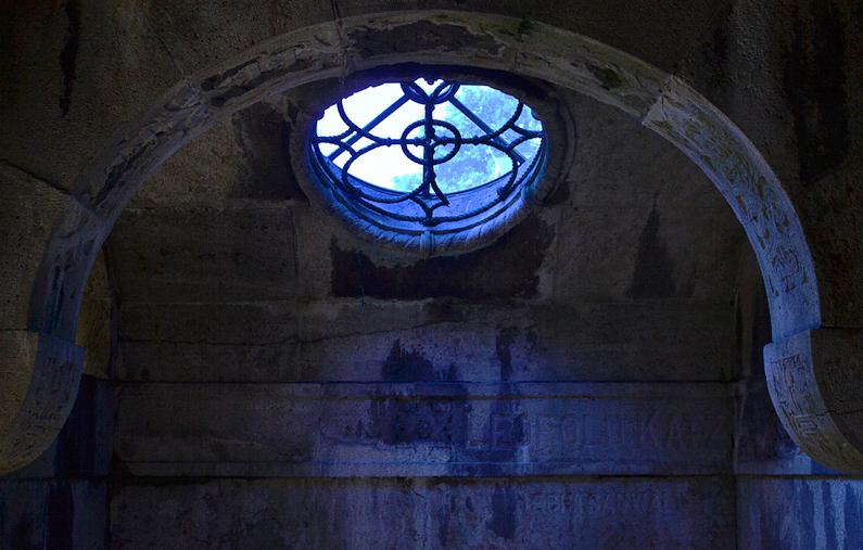 Jüdischer Friedhof Berlin Weißensee, Grabmal, Blaues Licht
