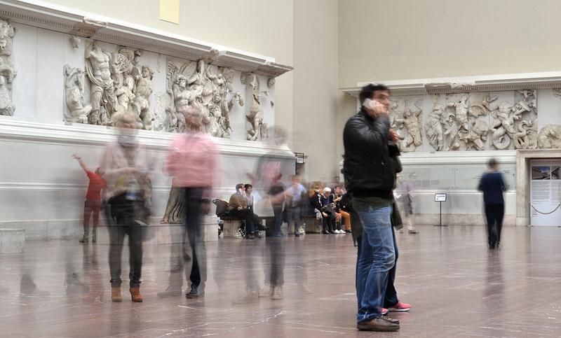 Pergamonmuseum, Altarsaal, Pergamonaltar, Besucher