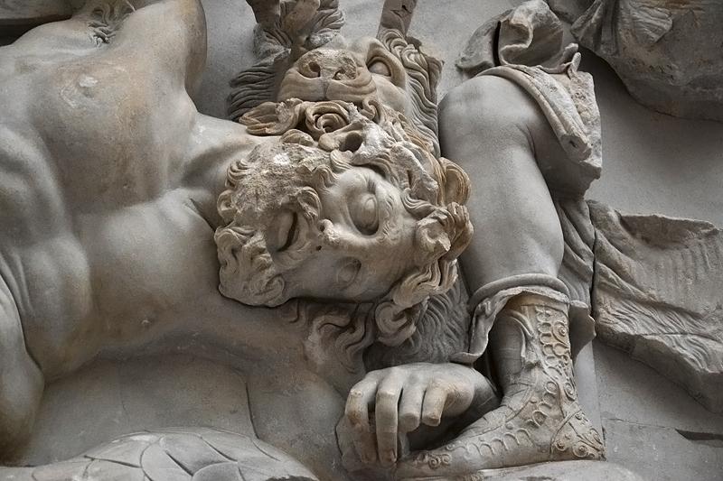 Berlin, Pergamonmuseum, Gigant zu Füßen der Artemis am Ostfries des Pergamonaltars