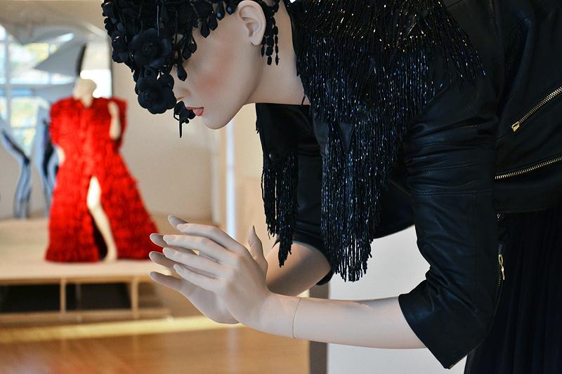 Museum Angewandte Kunst, Frankfurt, Installation von Leandro Caro (Ausstellung Draußen im Dunkel. Jenseits der Mode)