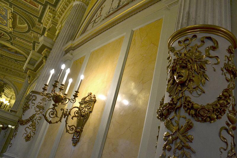 Semperoper, Dresden, Leuchter im Foyer