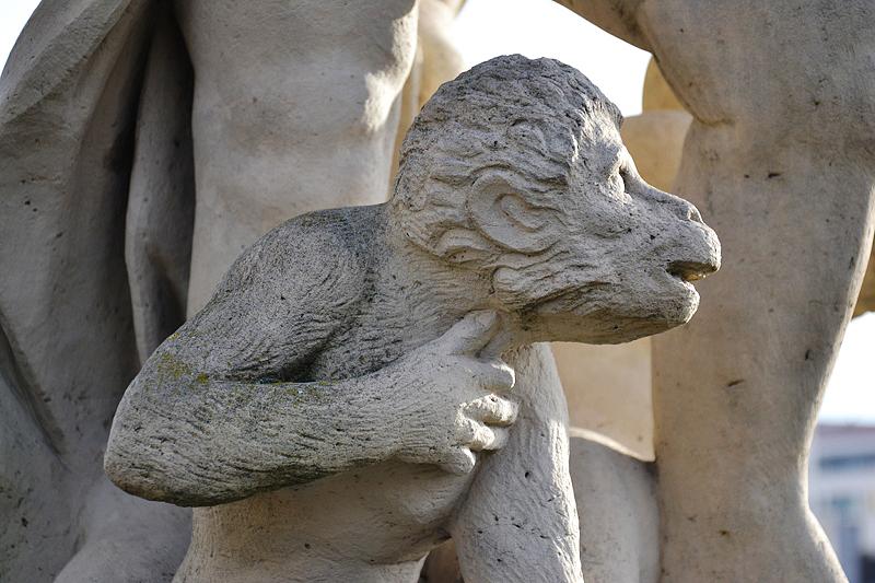 Zwinger Dresden, Skulptur, Affe am Porzellanpavillon