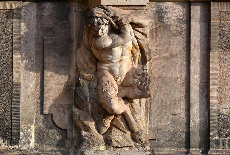 Zwinger Dresden, Skulptur, Satyr am Sockel der Bogengalerie