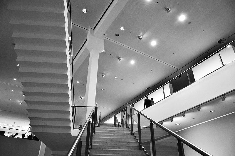 Berlinische Galerie, Treppe in der zentralen Ausstellungshalle