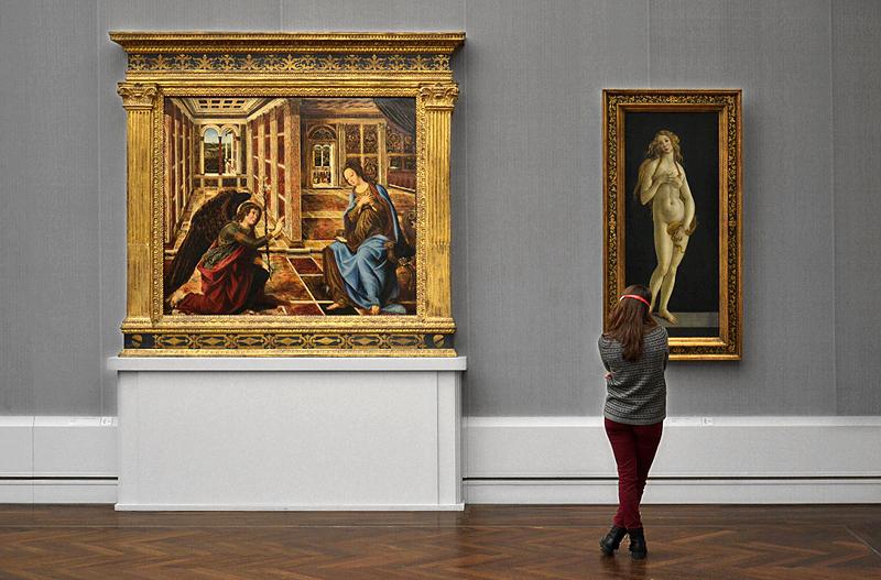 Besucher in der Gemälegalerie Berlin, Botticelli Werkstatt, Venus; Pollaiuolo, Verkündigung