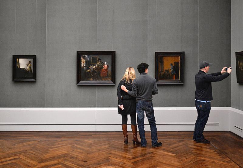 Besucher in der Gemäldegalerie Berlin, Vermeer, Junge Dame mit Perlenhalsband, Das Glas Wein; Pieter de Hooch, Die Goldwägerin
