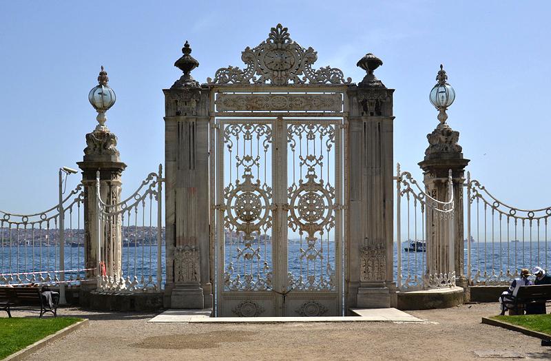Istanbul, Beşiktaş, Dolmabahçe-Palast, Tor zum Bosporus