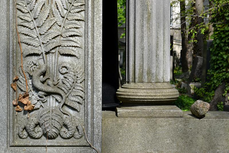 Grabmal mit Eidechse, Jüdischer Friedhof Schönhauser Allee, Prenzlauer Berg, Berlin