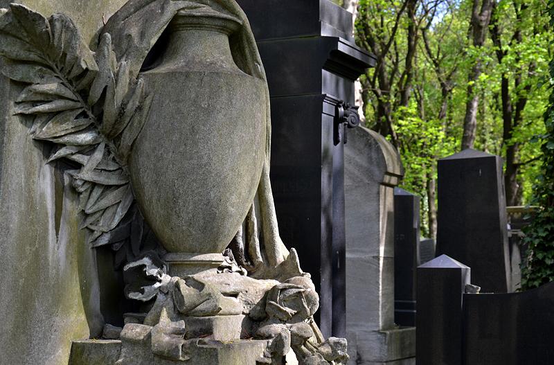 Grabmal mit Vase, Jüdischer Friedhof Schönhauser Allee, Prenzlauer Berg, Berlin
