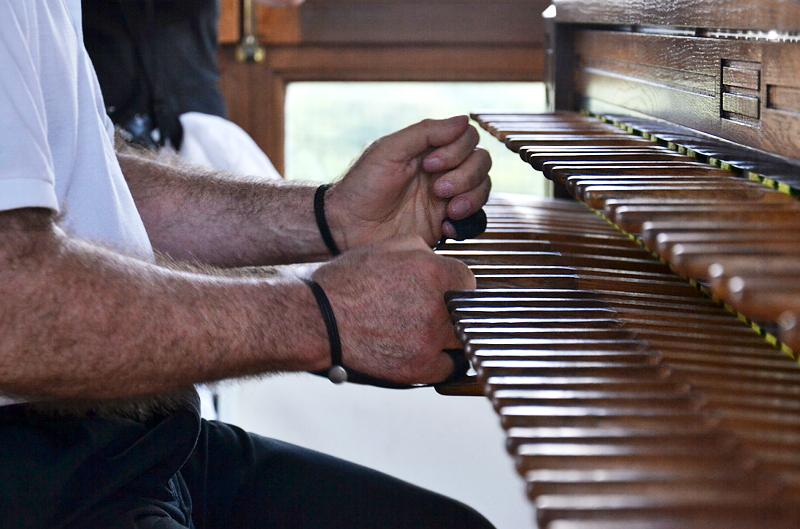 Jeffrey Bossin am Spieltisch des Berliner Carillons