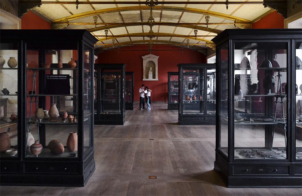 Neues Museum, Museum für Vor- und Frühgeschichte, Historische Vitrinen im Roten Saal