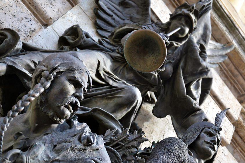 Skulpturengruppe am Historischen Museum im Burpalast