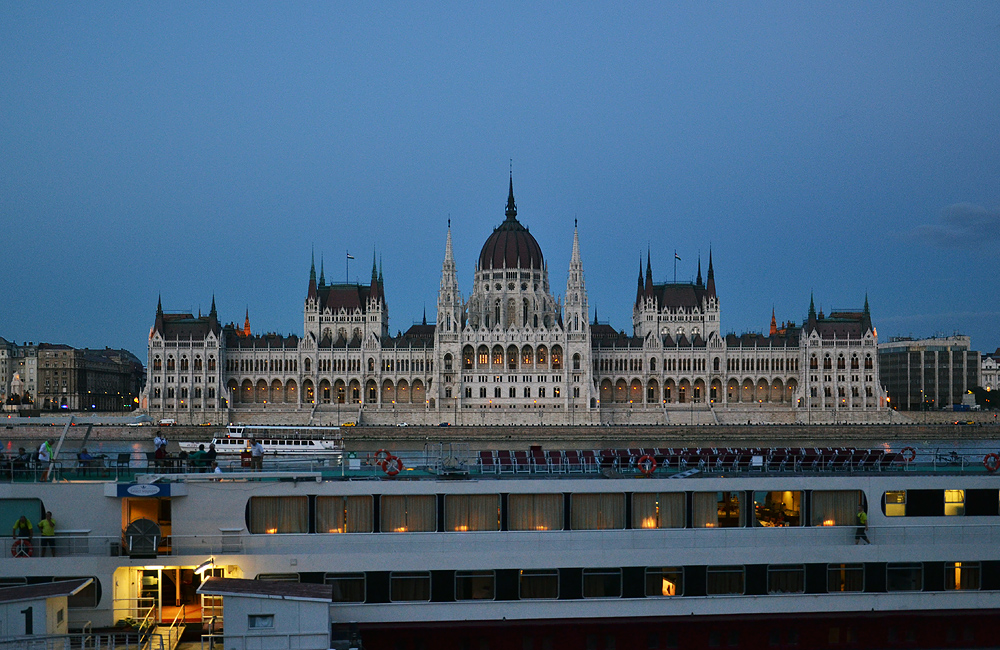 Budapest, Parlamentsgebäude am Abend