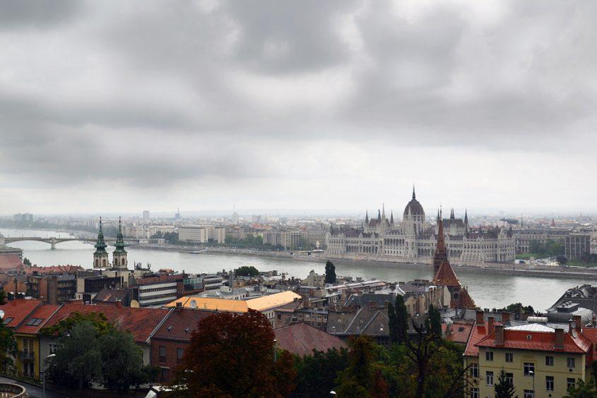 Budapest, Blick von der Fischerbastei zum Parlamentsgebäude