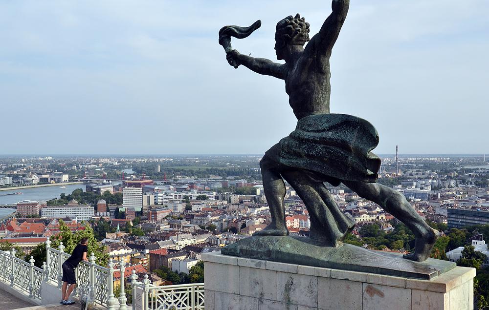 Freiheitsstatue Budapest, Flamme der Freiheit