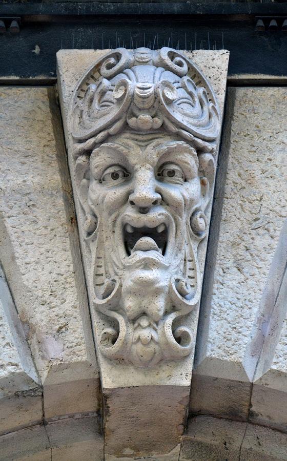 Bogenschlussstein mit Maske in der Andrássy út, Budapest