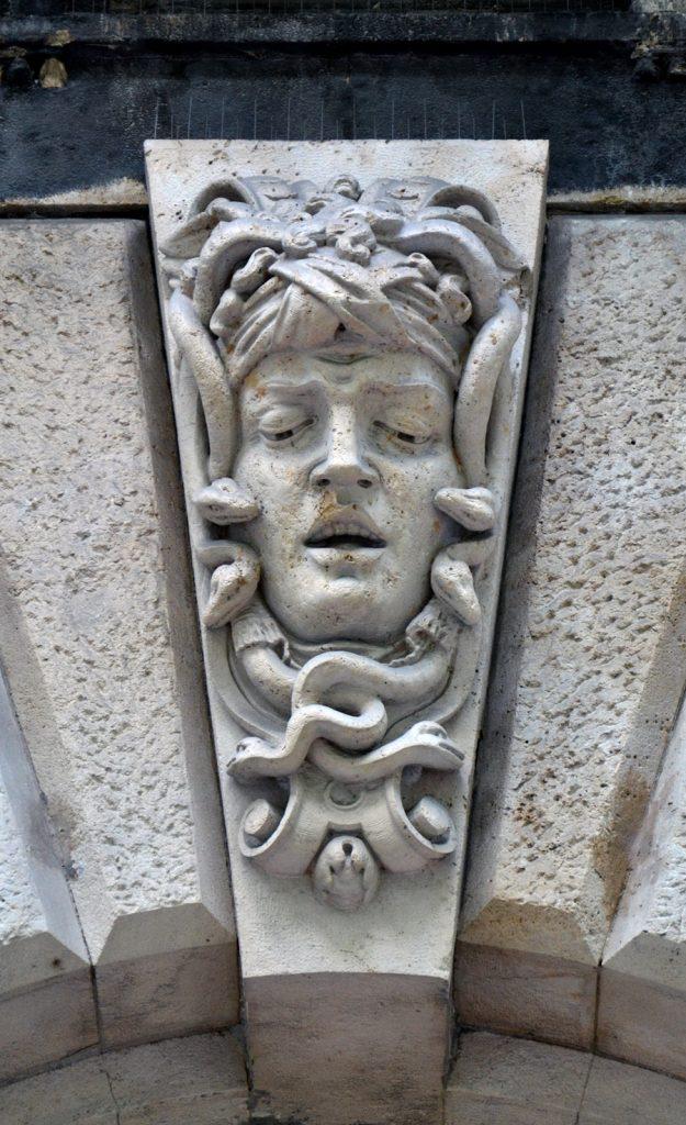 Bogenschlussstein mit Medusa in der Andrássy út, Budapest