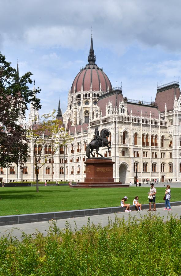 Parlamentsgebäude mit Reiterstandbild von Ferenc II. Rákóczi, Budapest