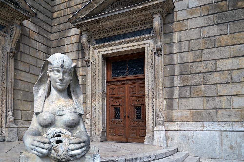 Sphinx vor der Staatsoper Budapest ( Operaház )