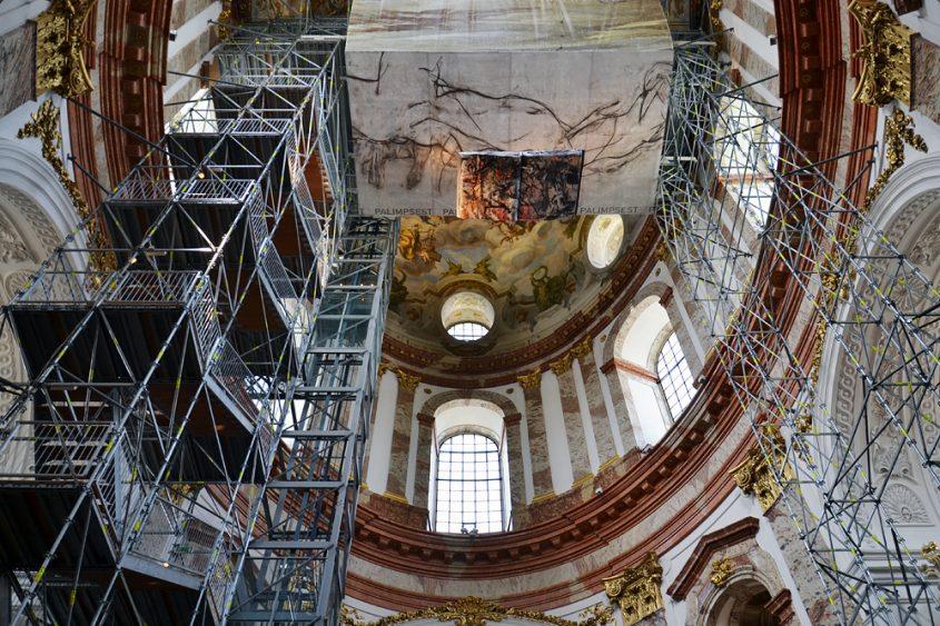Gerüst und Aufzug zur Kuppel in der Karlskirche Wien