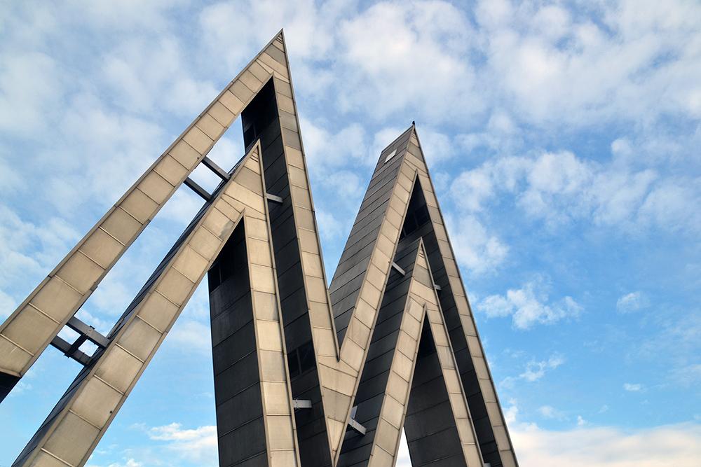 Alte Messe Leipzig, Logo M am Eingang