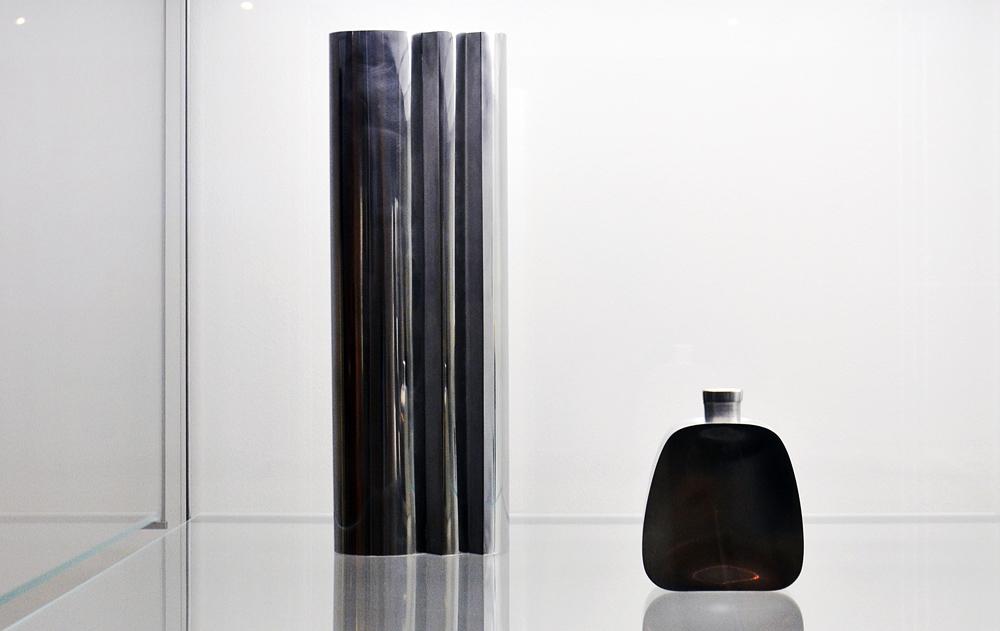 Grassi Museum für Angewandte Kunst Leipzig, Stele von Wolfram Schneider und Schraubflasche von Torbjörn Testad