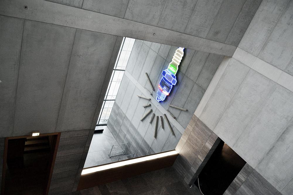 Museum der bildenden Künste Leipzig, Neonreklame für Isolator-Zündkerzen