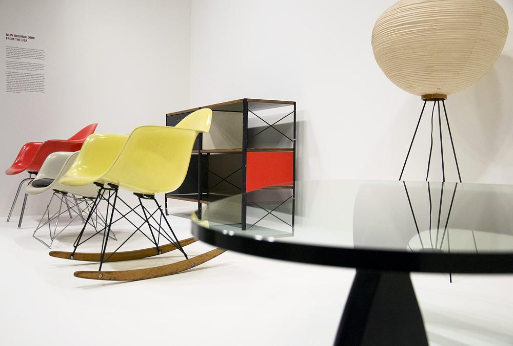 Kunstgewerbemuseum Berlin, Design, Stühle von Charles & Ray Eames und Möbel von Isamo Noguchi