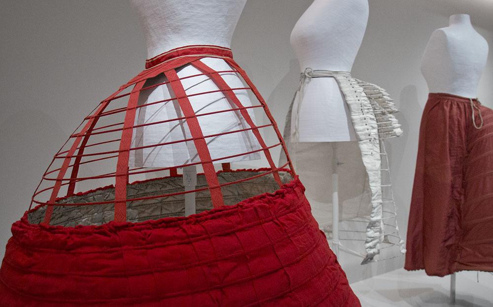 Kunstgewerbemuseum Berlin, Stahlreifenkrinoline in der Modegalerie