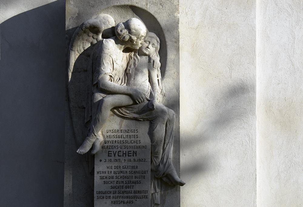 Friedhof Berlin Wilmersdorf, Grabskulptur für Evchen
