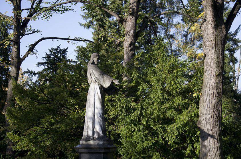 Friedhof Berlin Wilmersdorf, Christus auf dem Grab des Bildhauers Michel Lock