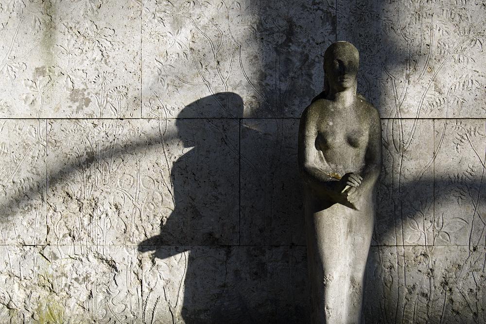 Friedhof Berlin Wilmersdorf, Friedhof Berlin Wilmersdorf, Grab Elise Kunze mit Skulptur von Richard Langer