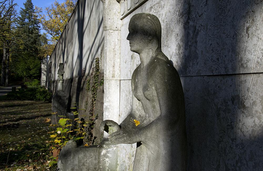 Friedhof Berlin Wilmersdorf, Grab Elise Kunze mit Skulptur von Richard Langer