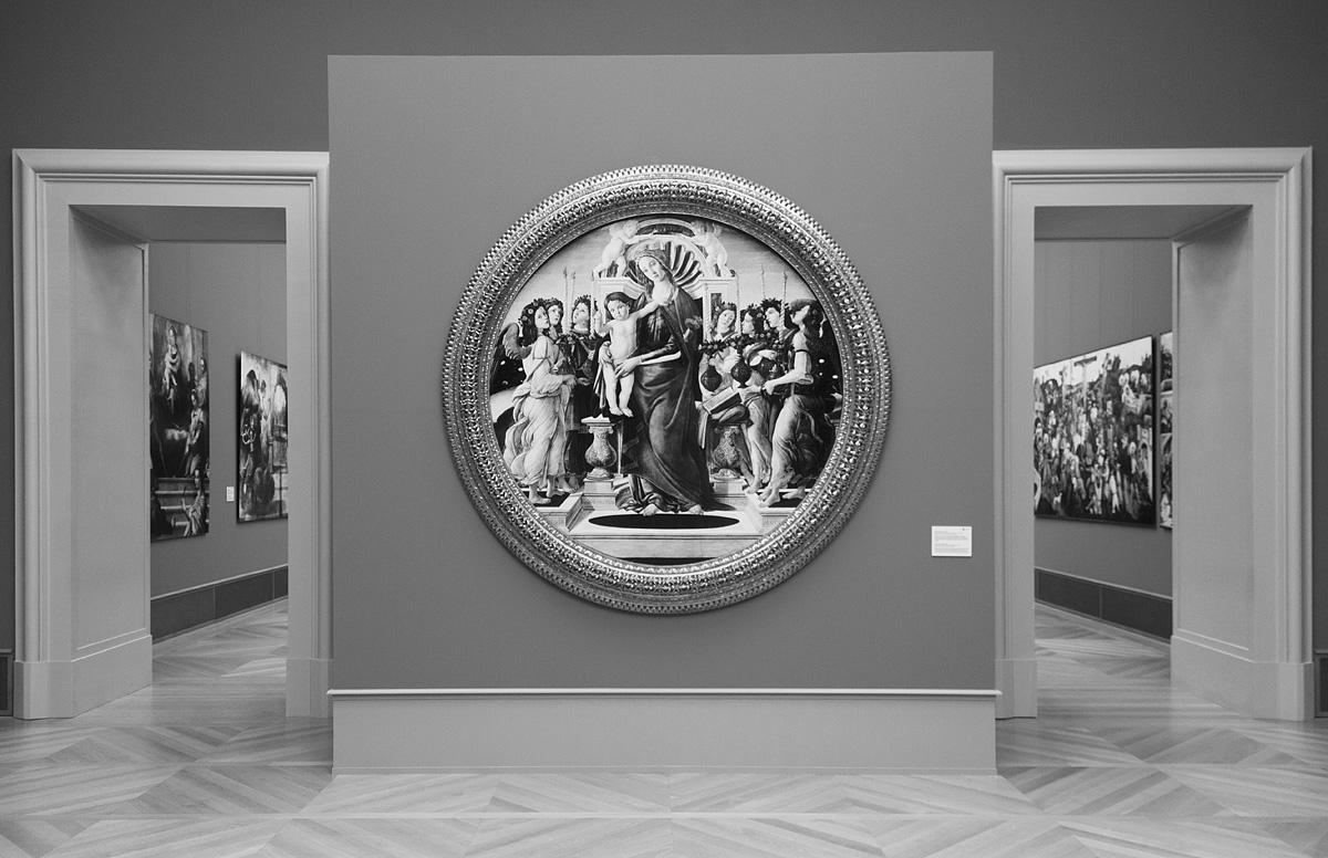 Bode-Museum, Ausstellung Das verschwundene Museum, Sandro Botticelli, Maria mit dem Kind und leuchtertragenden Engeln (Reproduktion des 1945 verbrannten Gemäldes)