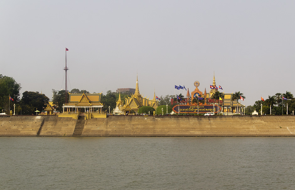 Phnom Penh, Könispalast vom Fluss aus gesehen