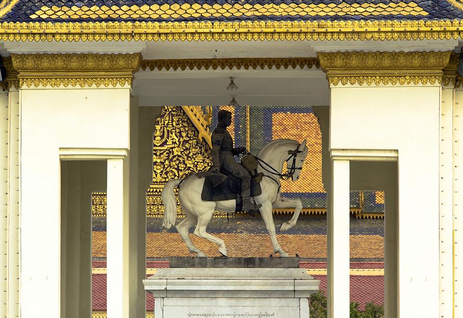 Phnom Penh, Statue von König Norodom im Hof der Silberpagode
