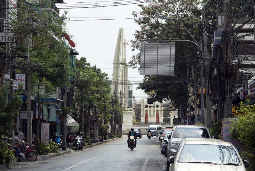 Bangkok, Thanona Dinso, Democracy Monument